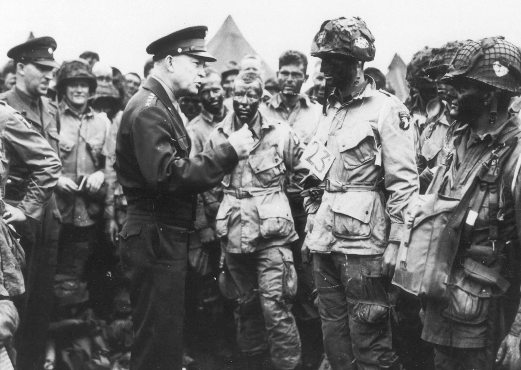 Eisenhower adressing paratroopers in Normandie
